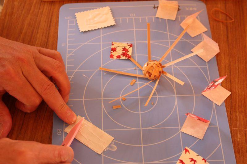 職人さんの指導を受けながら竹細工を制作する「竹細工体験」。