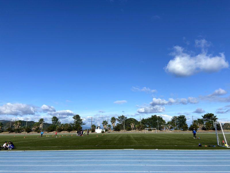 山口県周防大島町では海を望む競技場で少年サッカーを練習